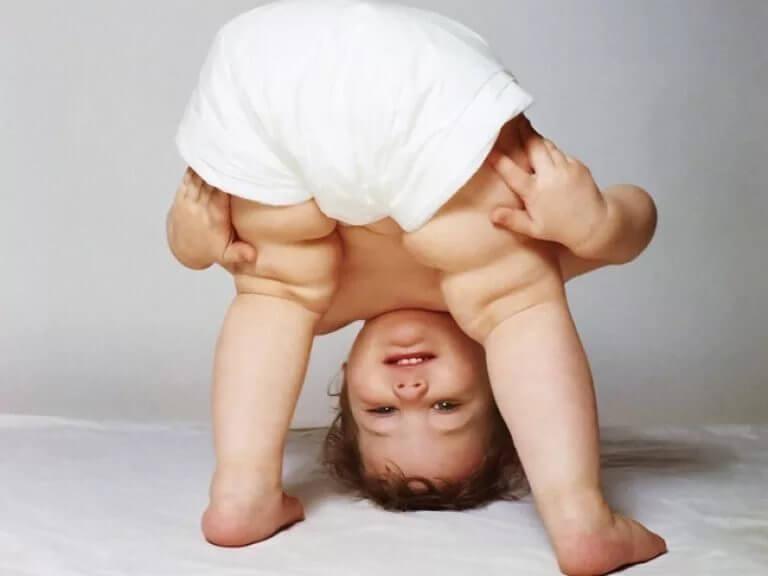 Ребенок стоит головой вниз