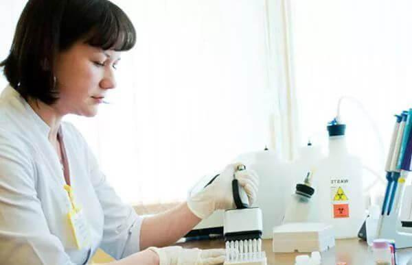 Лаборант исследует образец