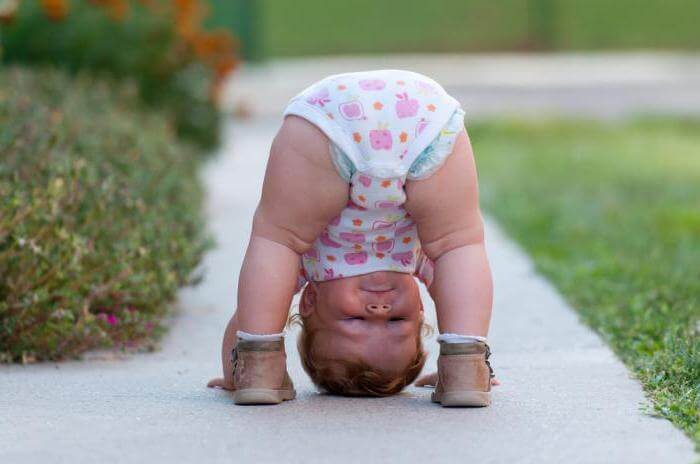 Малыш стоит на голове